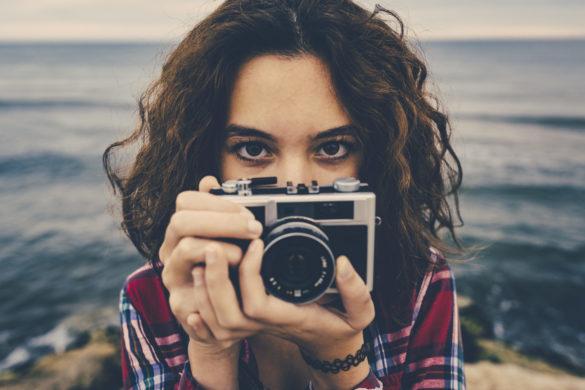 Frau hält Fotoapparat