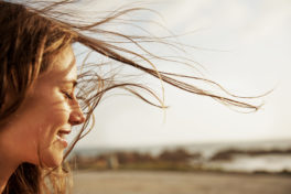 Frau mit Haaren im Wind