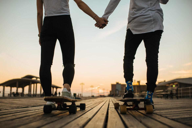 Mann und Frau auf Skateboard