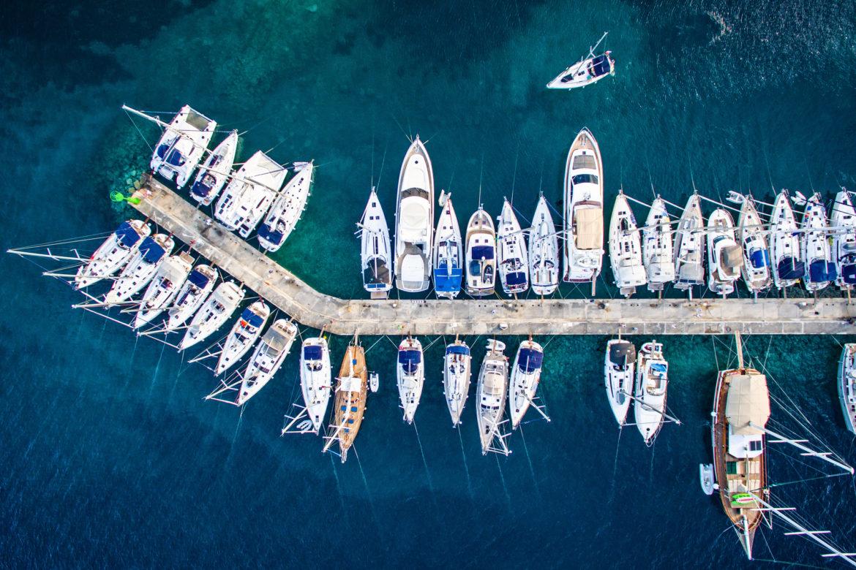 Ein Yachthafen mit Booten in Vogelperspektive von oben-Zahnersatz