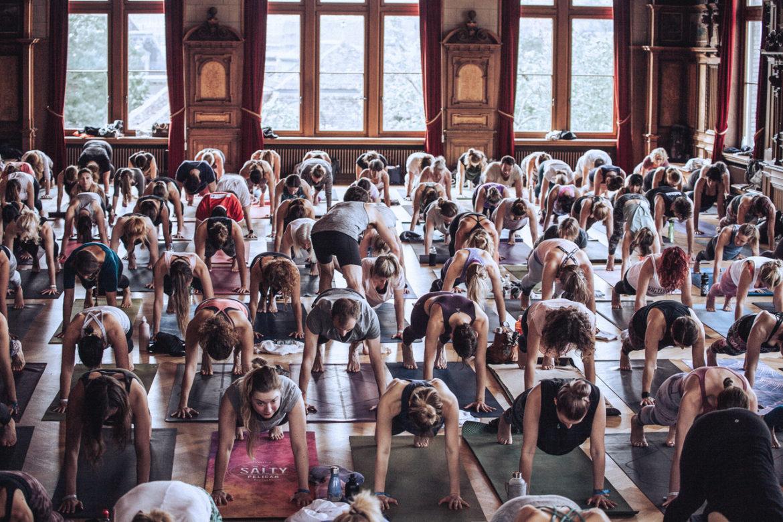 Ein Yogakurs mit Yogalehrer an der Swiss Yoga Conference