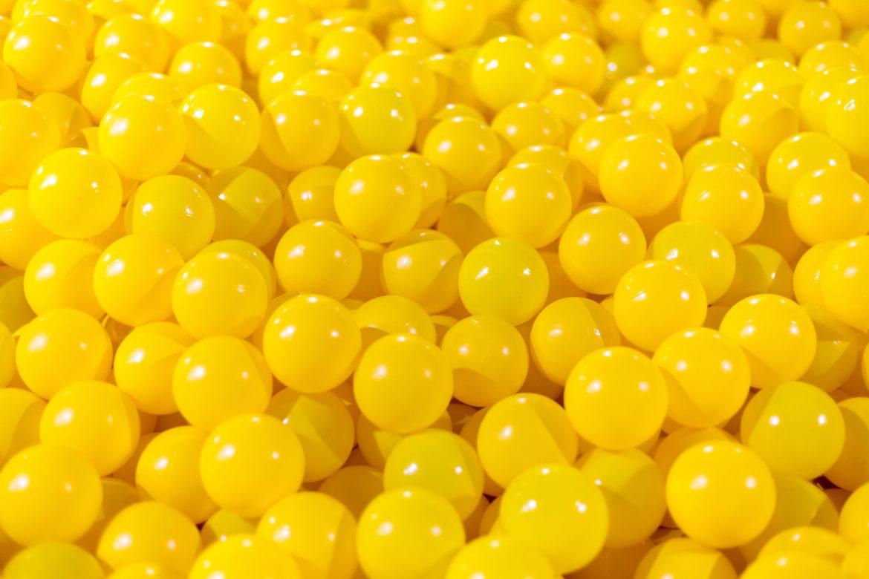 Gelbe Plastikbälle