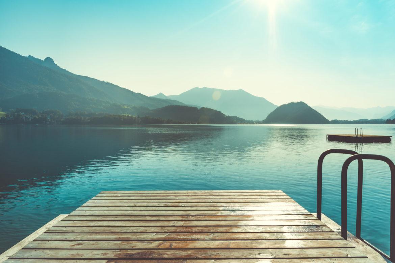 Holzsteg am See mit Bergen