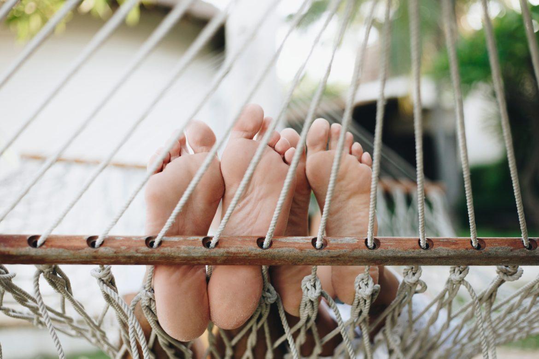 bare-feet-barefoot-blur-1484665_Wir unterschätzen das Nichtstun_besserer Schlaf