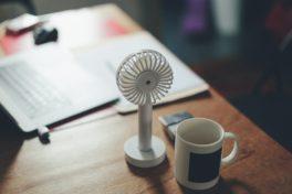 Schreibtisch mit kleinem Ventilator