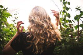 tim-mossholder-ArQIWcmOlA8-unsplash_Schöne Haare auch im Sommer