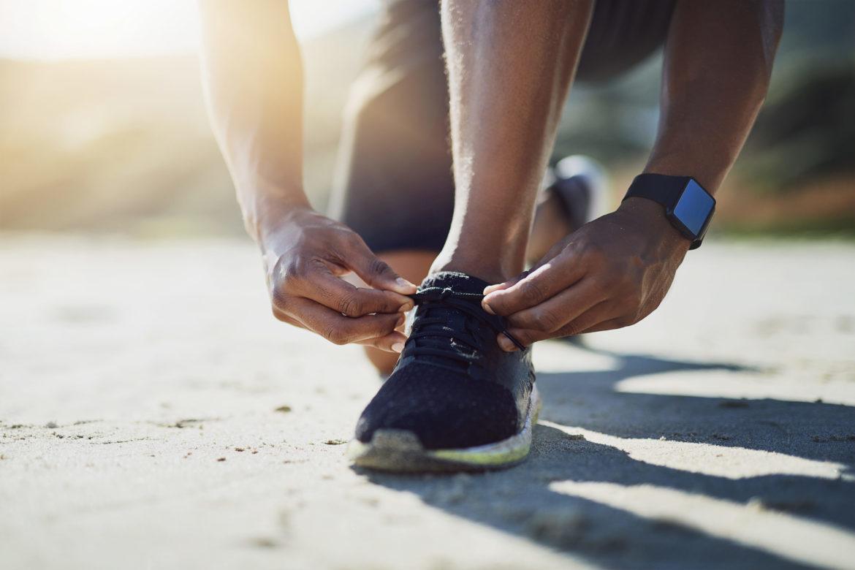 Läufer schnürt Schuhe