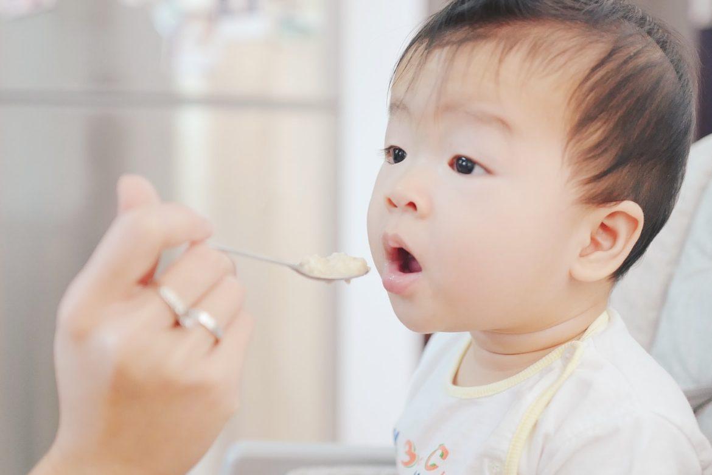 Asiatisches Baby wird gefüttert