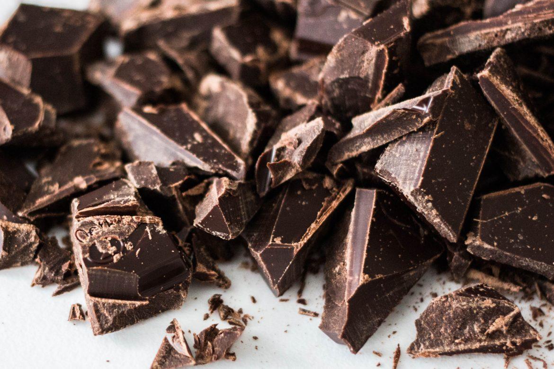 Gebrochene Schokolade in Schokoladenstückchen