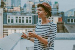 Frau auf Balkon