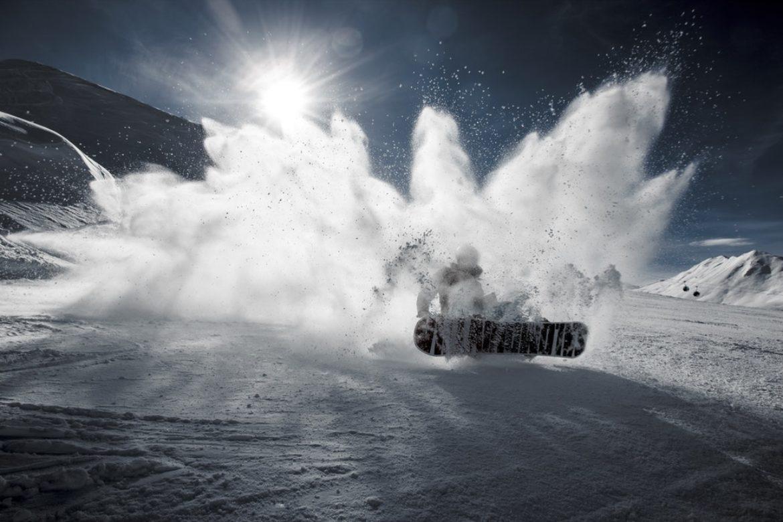 Schnee und Snowboarder