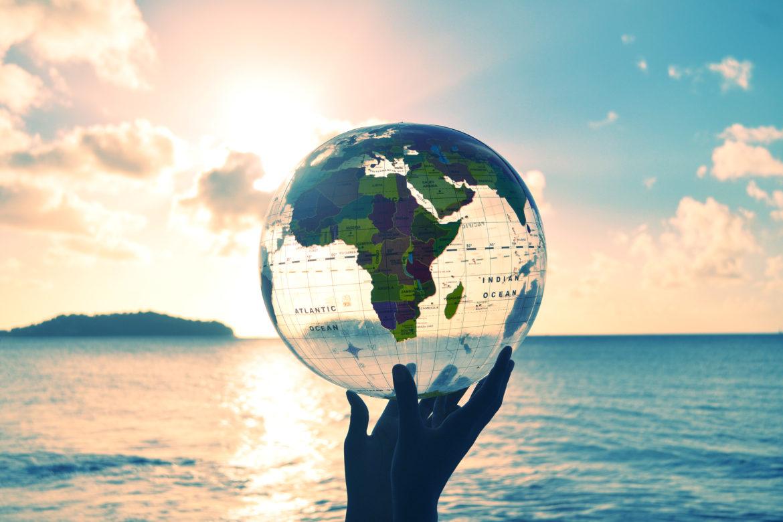 Wasserball mit Weltkarte in Sonne