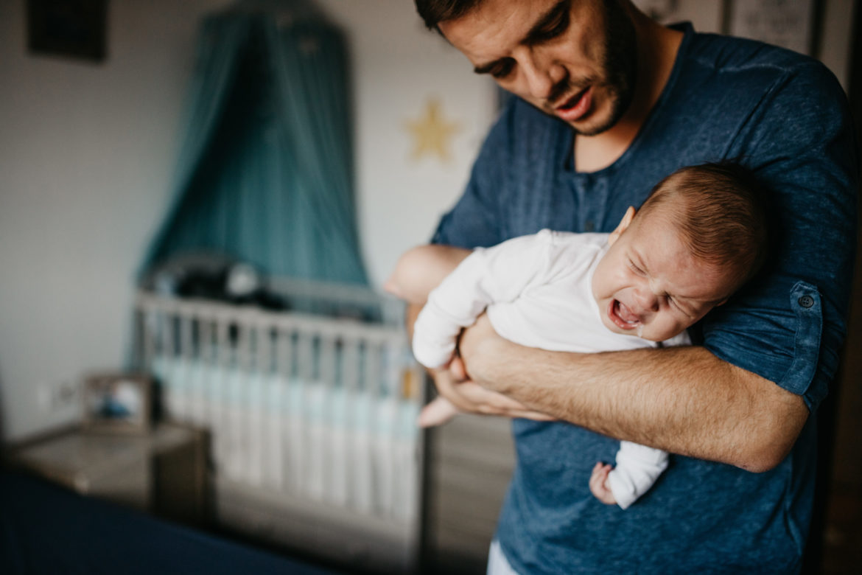Vater mit Baby auf dem Arm