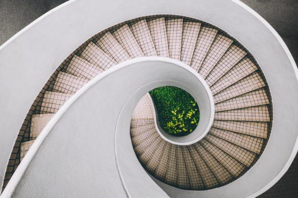 Gedrehte weisse Treppe von oben