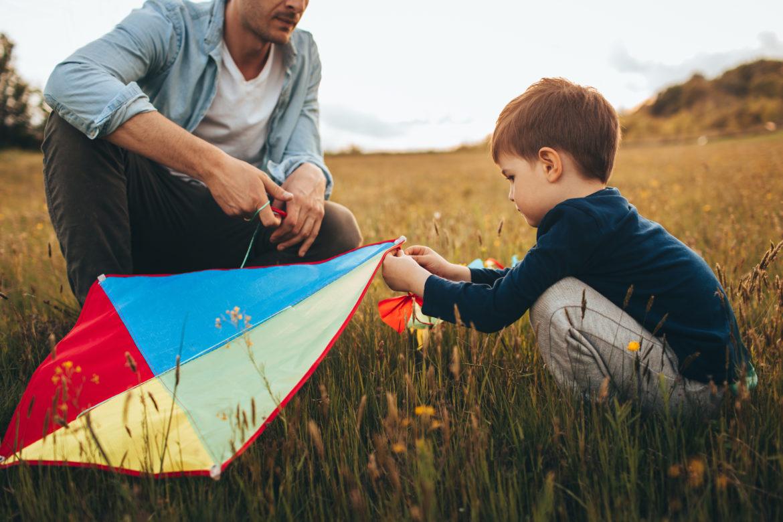 Vater und Sohn, Junge mit Drachen Flugdrachen