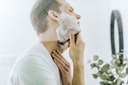 Mann der sich rasiert mit Rasierschaum