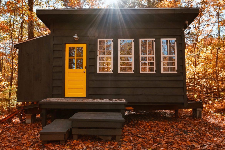 Kleines Holzhaus im Wald