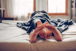 Ein Paar im Bett beim Sex