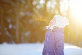 Kind im Schnee im Winter