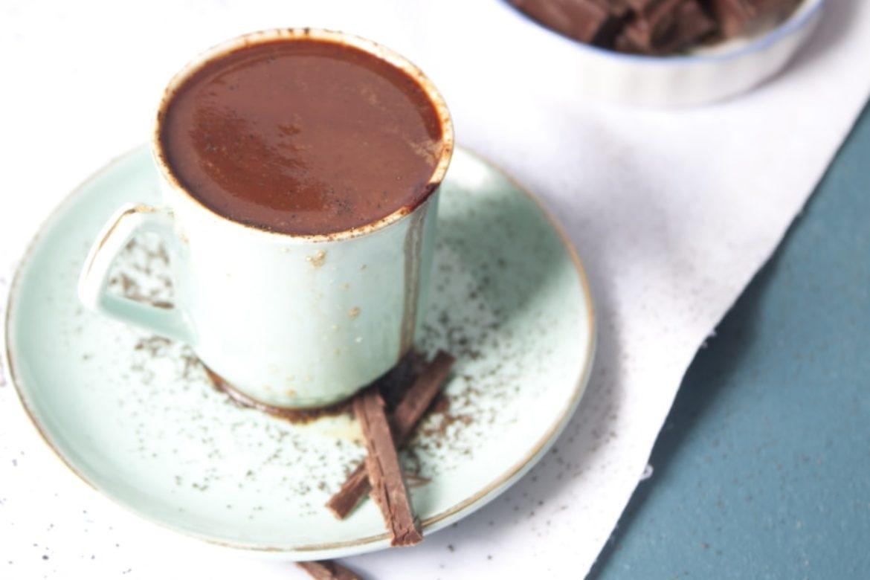 Heisse Schokolade in grüner Tasse