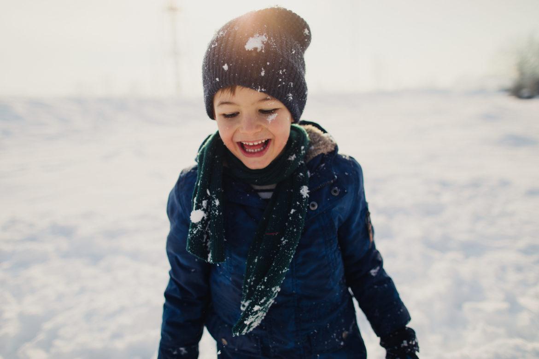 Kind im Winter mit Schnee