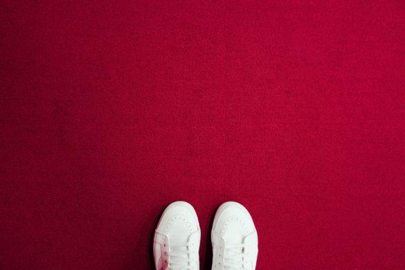 Füsse in Schuhen
