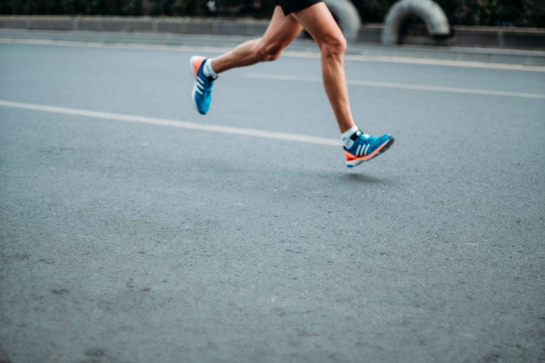 Läufer auf Strasse mit Beinen