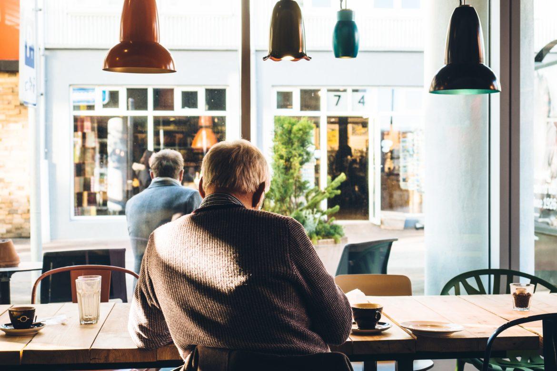 Mann an Tisch im Café