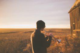 Mann spielt Trompete - Asthma