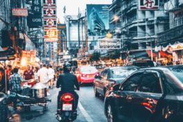 Strasse mit Verkehr