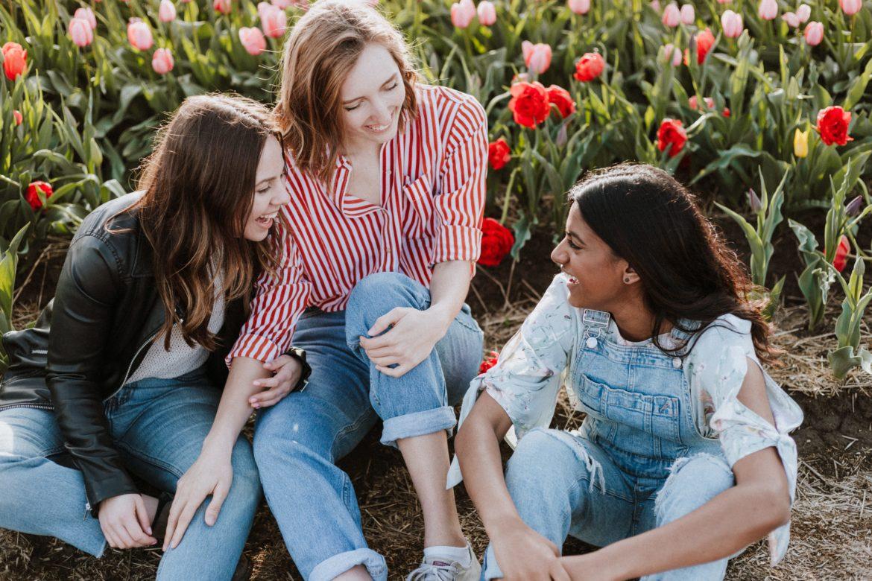 Drei Frauen mit Wiese