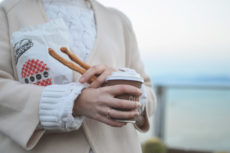 Frau mit Kaffee