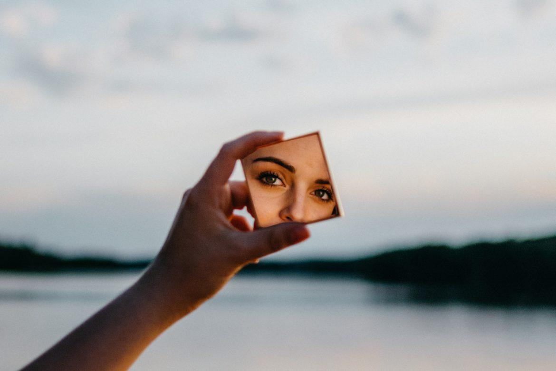 Frau mit Spiegel