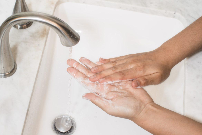 Hände an Waschbecken