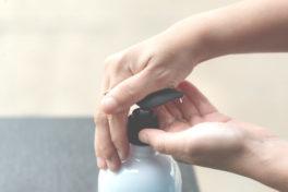Hände, die gewaschen werden