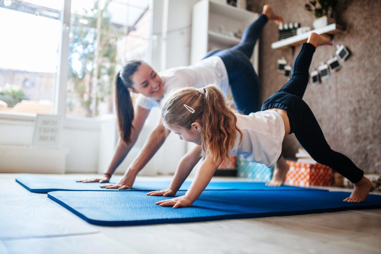 Kind und Frau beim Sport