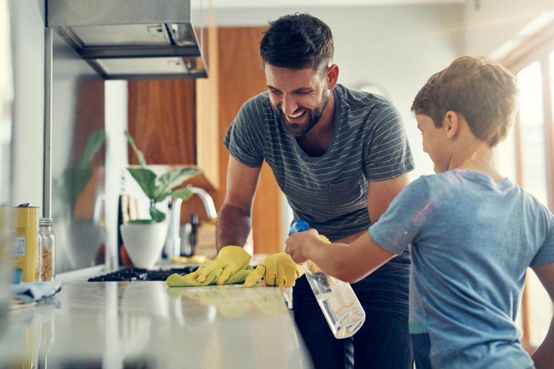 Mann und Junge putzen