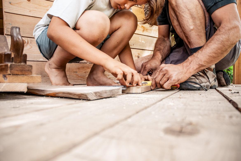 Mann und Kind bauen