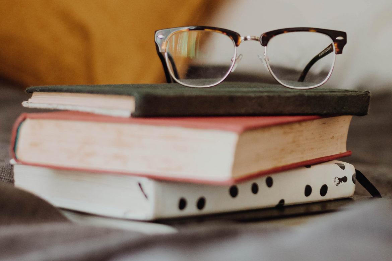 Brille auf Büchern