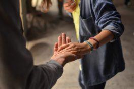 Ein Person reicht einer anderen die Hand