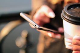 Handy und Kaffee