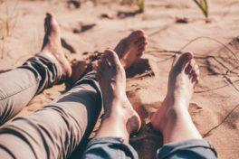 Füsse am Strand mit Sand