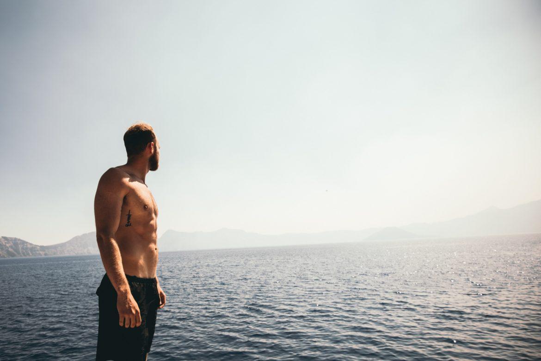 Mann in Badehose am Wasser