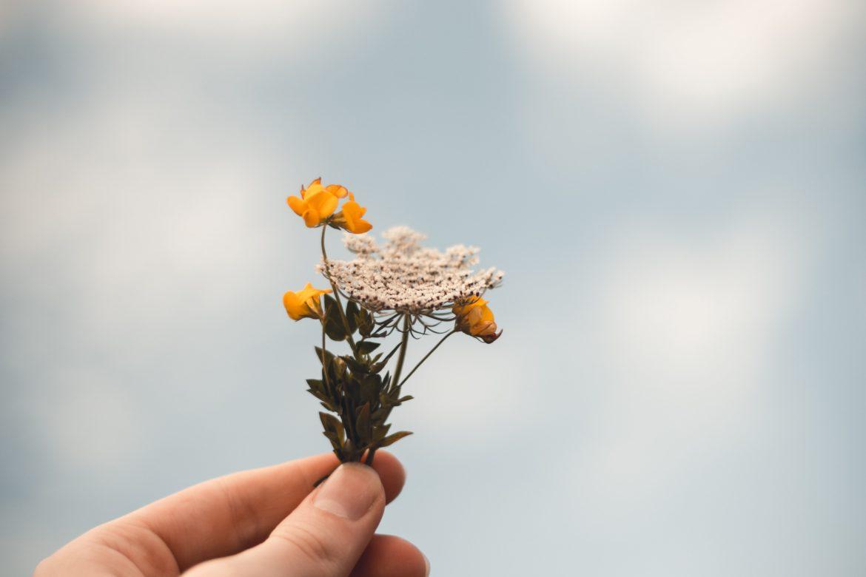 Hand mit Blumen