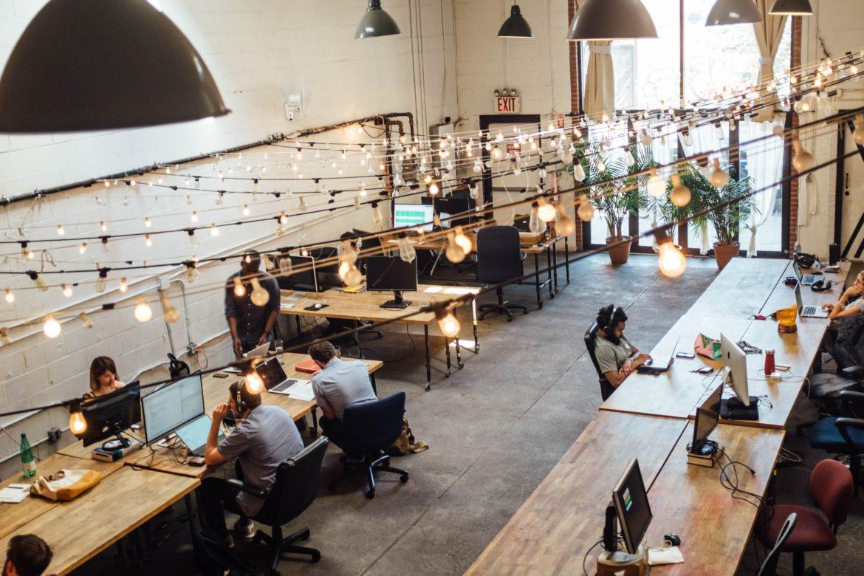 Büro mit Schreibtischen