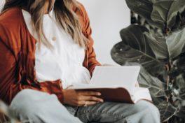 Frau mit Buch