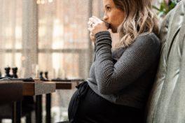 schwangere Frau trinkt Kaffee