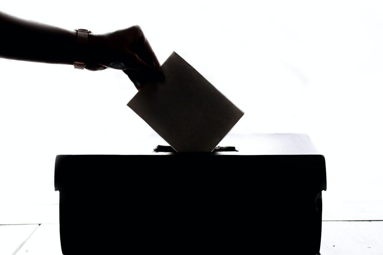 Wahlzettel einwerfen