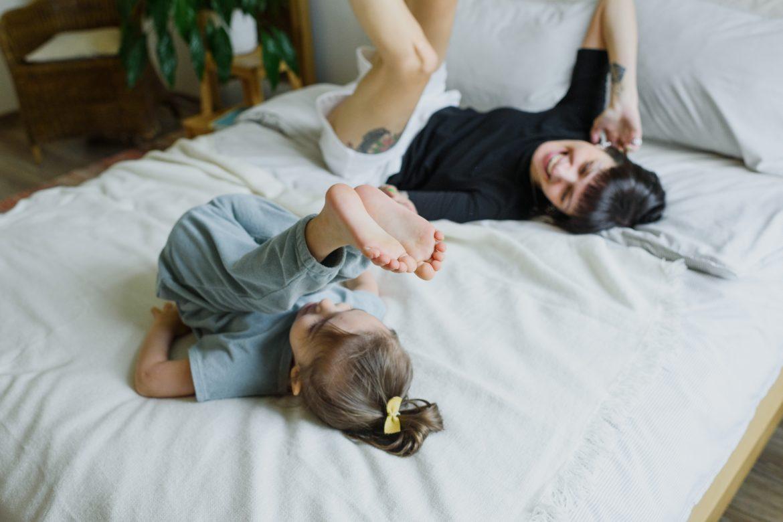 Frau und Kind im Bett