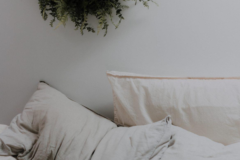 Kissen auf Bett mit grünem Kranz